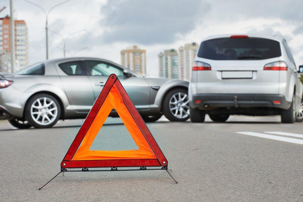 ДТП и знак аварийной остановки