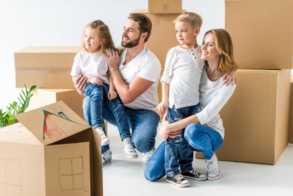 Молодая семья въезжает в новый дом