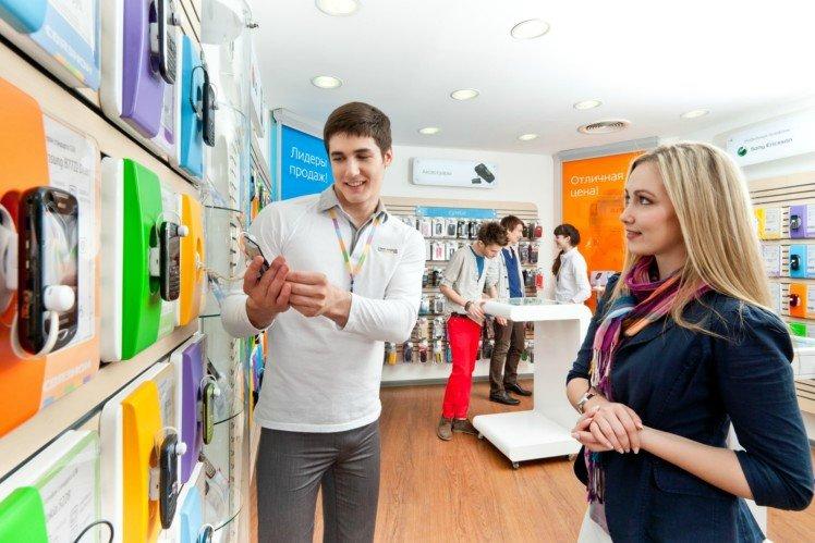 Продавец телефонов консультирует покупателя