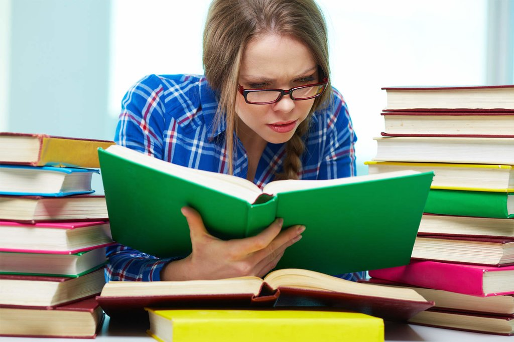 Девушка изучает условия кредита
