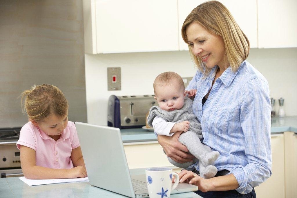 Мама с детьми изучает условия кредита и ипотеки под материнский капитал