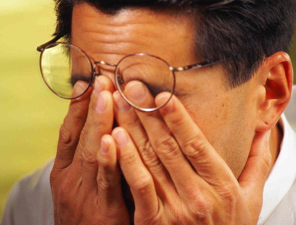 Мужчина с плохим зрением