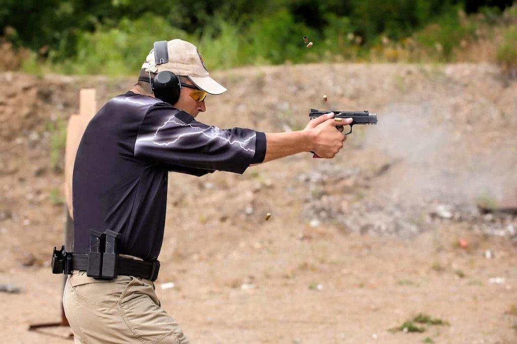 Мужчина на курсах стрельбы