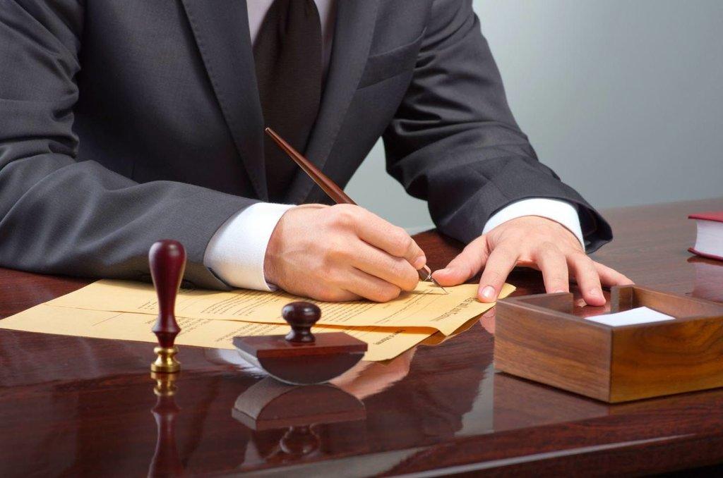 Наследник подписывает завещательный документ