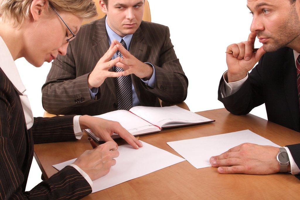 Наследники подписывают документы