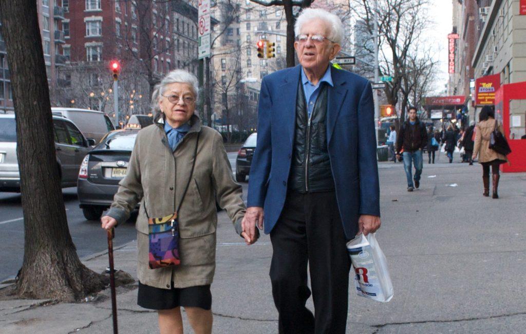 Пенсионеры на прогулке
