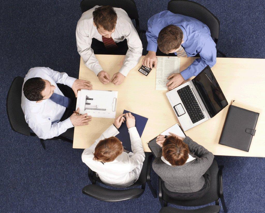 Работники на совещании
