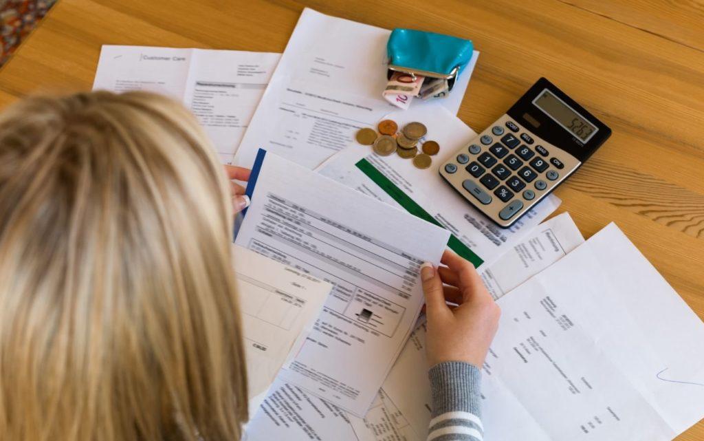 Женщина ведет подсчеты выплат